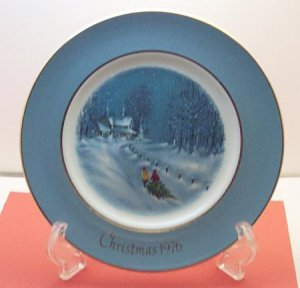 Avon Collectors Plate - 1976 - Bringing Home The Tree