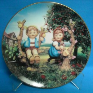 HUMMEL PLATE - DANBURY MINT - APPLE TREE BOY AND GIRL - REGISTRATION NUMBER LY8700