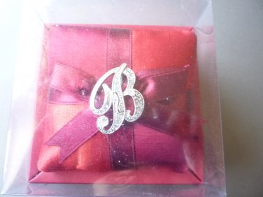 "Monet Initial pin brooch ""B"""