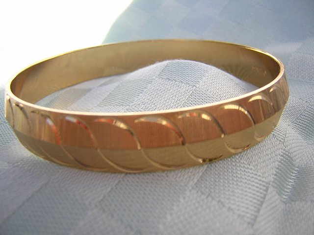 Monet gold tone bangle bracelet brushed gold perfect ll1931