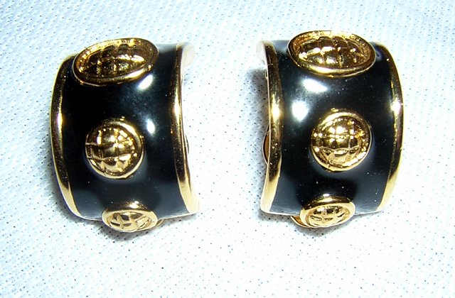 Gold tone & black enamel classic huggies clip earrings vintage jewelry ll2031