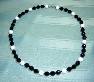 Bead necklace faceted plastic black white vintage jewelry ll2043
