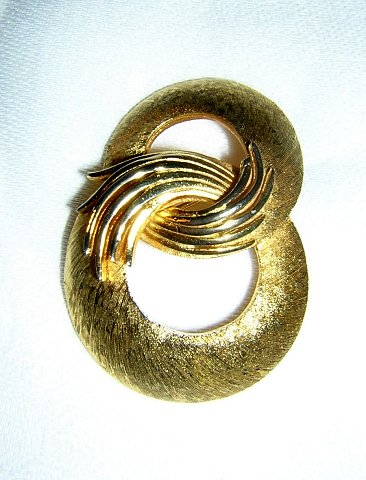 Corocraft brushed gold intertwining circles brooch or pin mid century ll1965