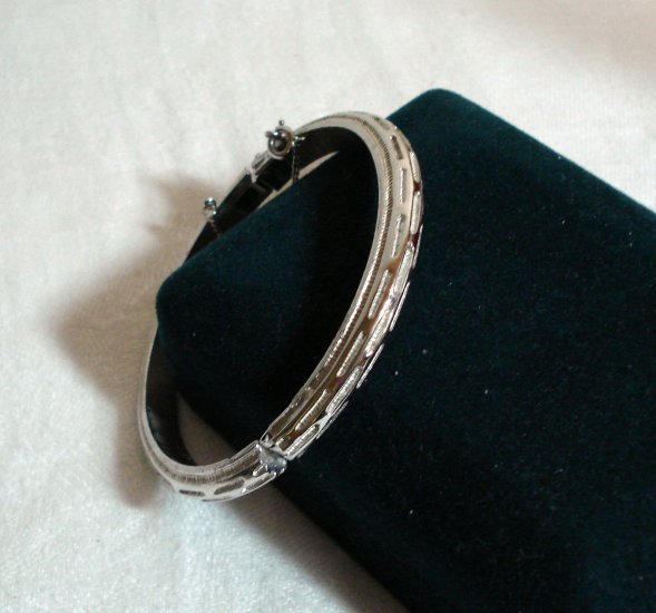Crown Trifari hinged bangle bracelet safety chain silver tone vintage ll1381