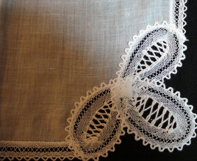 Feminine fine linen hanky with Battenberg lace edge corner unused vintage ll1423