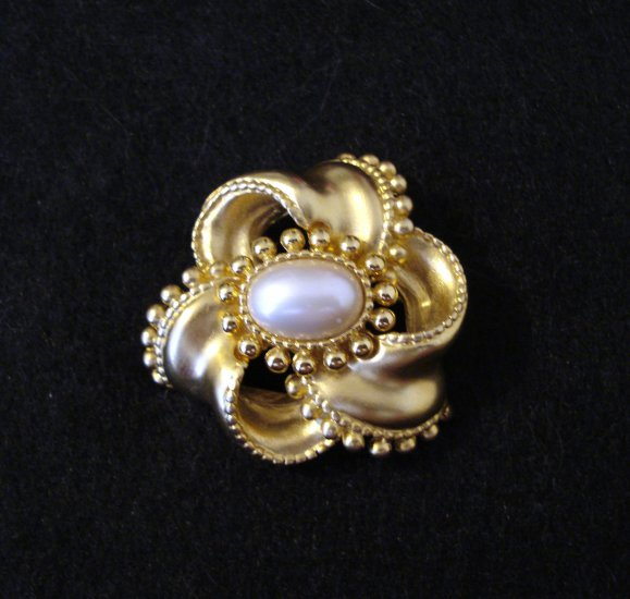 Elegant gold tone and faux pearl bow pin brooch vintage ll2273