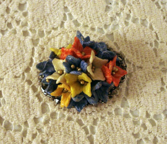 Cluster of plastic flowers pin pendant silver tone back vintage ll2288