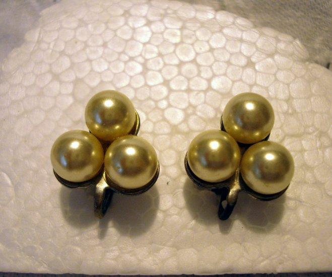 Triad of cultured pearls screwback earrings lustrous vintage ll2526