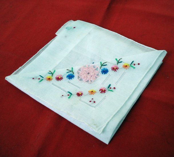 Pretty embroidered cotton lawn hanky crocheted flower insert unused vintage ll2620