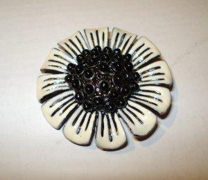 Black white enameled metal flower pin brooch as new vintage ll2651