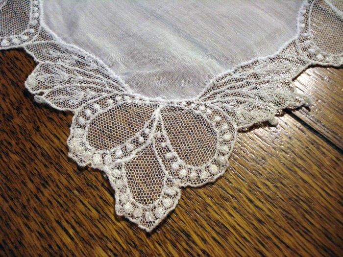 White linen hanky elaborate net lace edging excellent antique ll2659