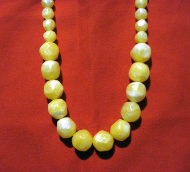 Faceted plastic bead necklace graduated chunky pearlescent yellow vintage ll2696
