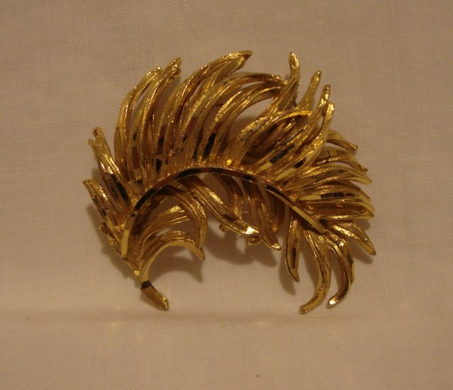 Curved feather pin brooch gold tone vintage ll2707