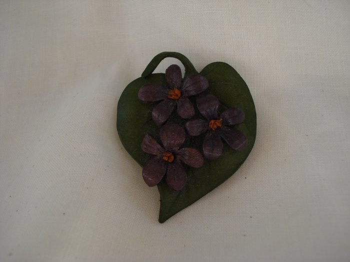 Green leather leaf pin with violets artisan made excellent vintage ll2763