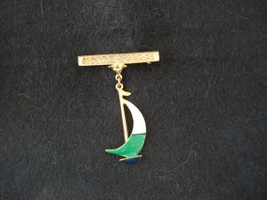 Gold tone bar pin with enameled sailboat charm excellent vintage ll2764