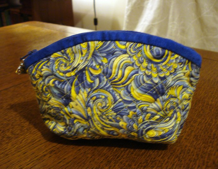 Quilted make up cosmetic bag blue ecru print preowned ll2828