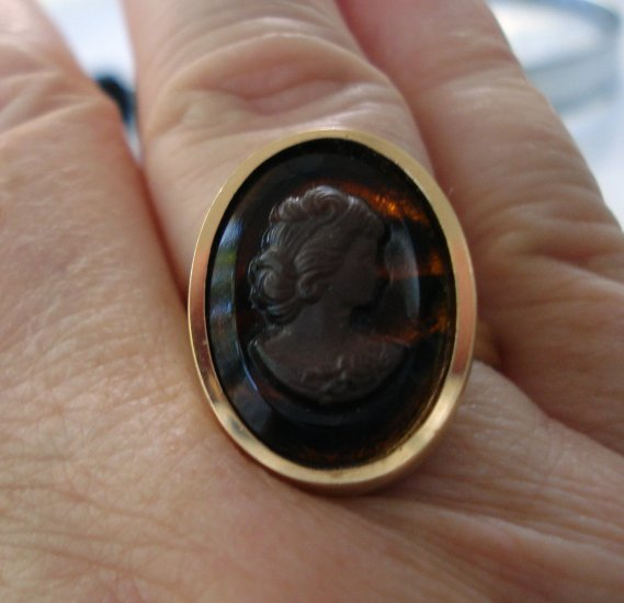 Sarah Coventry cameo ring gold tone adjustable as new vintage ll2719
