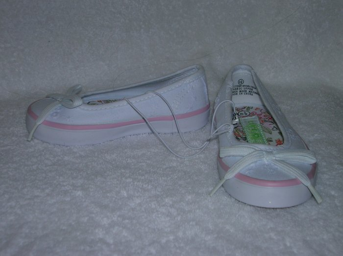 Circo Luisa Girl's White Slipons Size 6 1/2