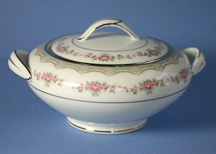 Noritake Glenwood Round Sugar Bowl and Lid