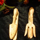 CHIPPY WHITE METAL GARDEN SPADE RUSTY DOOR KNOCKER