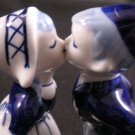 BLUE DELFT KISSING DUTCH BOY & GIRL DAIC HANDPAINTED