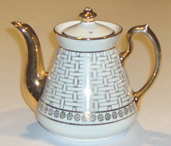 Vintage Hall Philadelphia 6-cup Gold Teapot