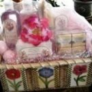 ROSES & GARDENIA 8 PC BATH SET IN WOVEN BASKET