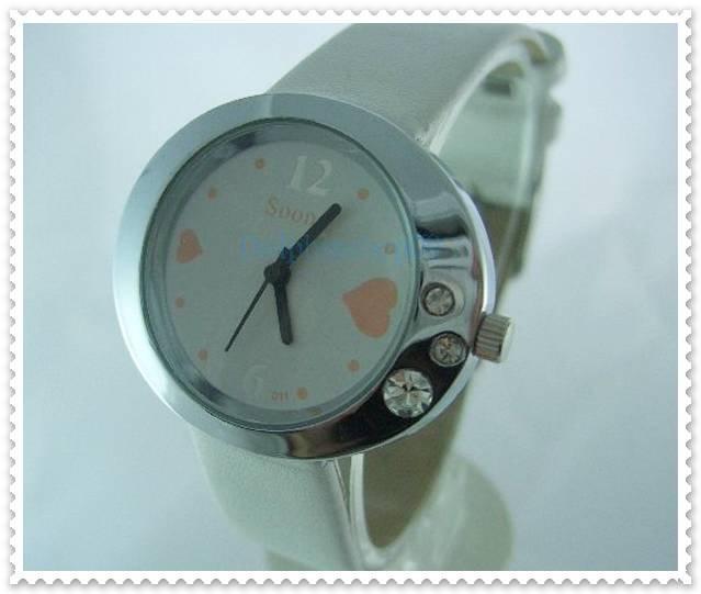 White Leather Oval Case Heart Quartz Wrist Watch w/ Battery