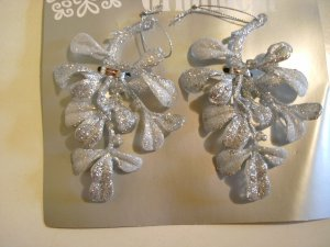 "Glitter Accented Silver Mistletoe 5"" - Christmas Ornament - NEW"