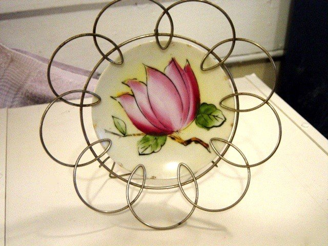 Small Ardalt Lotus Flower Plate in Wire Frame Holder #300127