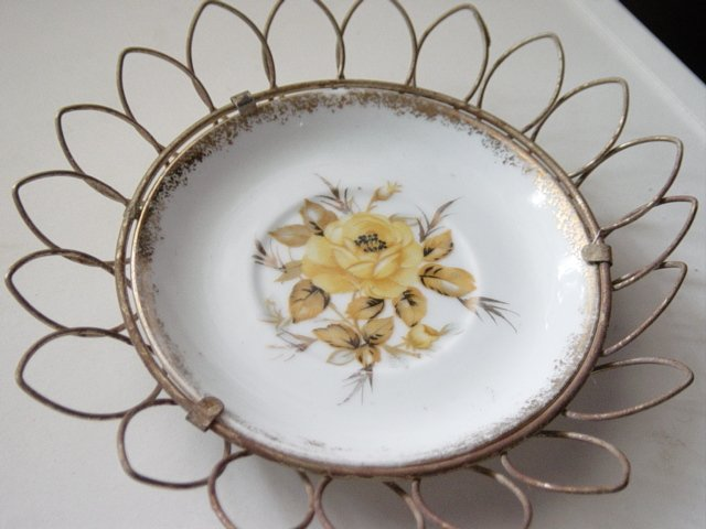 Small Napco Hand Painted Yellow Rose Plate in Wire Frame Holder #300648