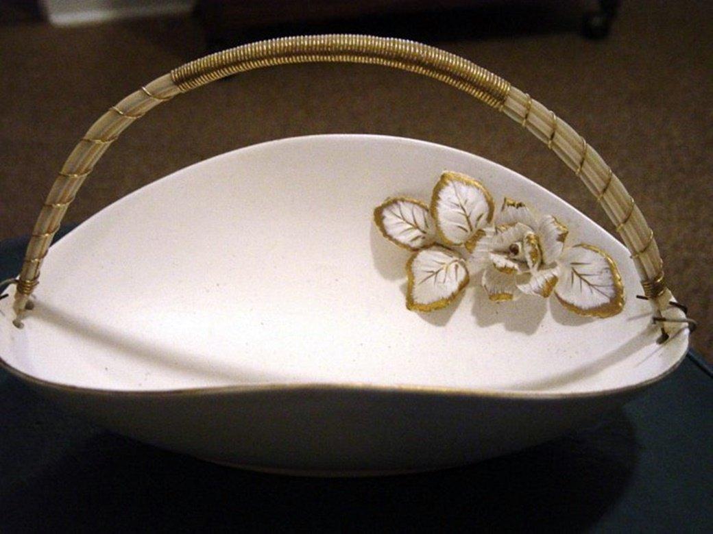 Lefton White Porcelain Basket with Applied Rose #300173