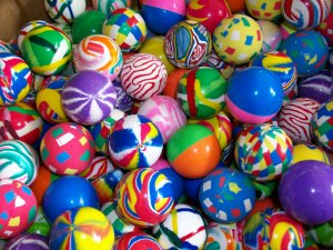 "100 Giant 1.6"" Super Party Favors Hi Bounce High Bouncy Balls Superballs"