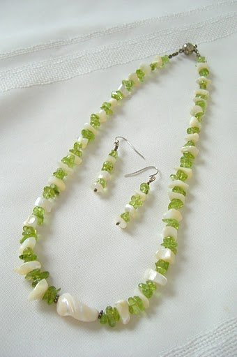 Mother-Of-Pearl Pendant  with Peridot Nuggets Necklace Set 3058