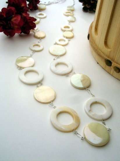 N0110 - NECKLACE WITH BEAUTIFUL WHITE SHELL CIRCLES (FREE EARRINGS)