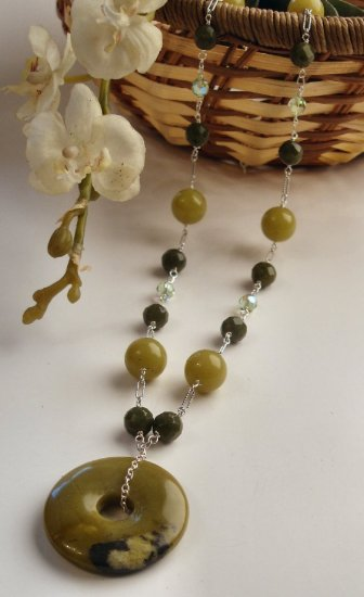 N0562 - NECKLACE WITH NATURAL GRENN JADE BEADS AND SWAROVSKI CRYSTAL (FREE EARRINGS)