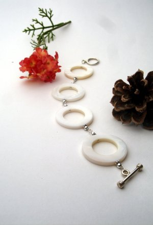 B017 - BRACELET WITH WHITE SHELL FLAT CIRCLES (FREE SHIPPING)