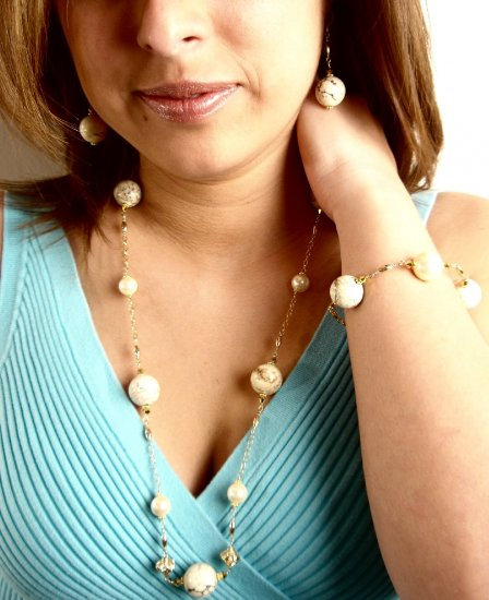N0597 - NECKLACE WITH NATURAL YELLOW TURQUOISE BEADS  AND YELLOW SHELL (FREE EARRINGS)