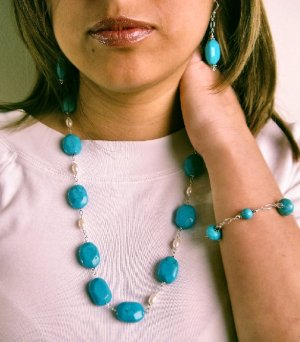 N0609 - NECKLACE WITH NATURAL BLUE TURQUOISE - WHITE FRESHWATER PEARLS (FREE EARRINGS)