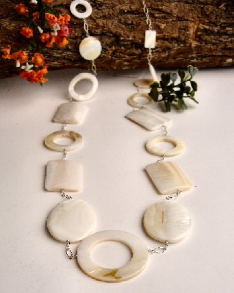 N06784 - NECKLACE WITH WHITE SHELL CIRCLES AND RETANGULAR (FREE EARRINGS)