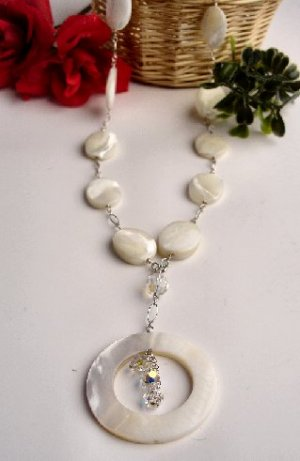 N06714 - NECKLACE WITH BEAUTIFUL WHITE SHELL - SWAROVSKI CRYSTAL AB* (FREE EARRINGS)
