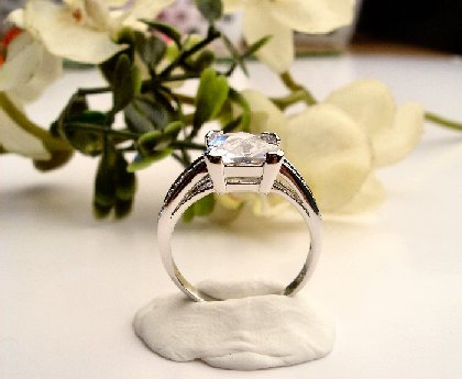 R0047 - RING WITH CLEAR CUBIC ZIRCONIA (FREE SHIPPING)