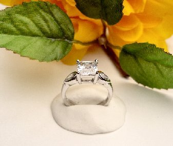 R0071 - RING SOLITARIE WITH CLEAR CUBIC ZIRCONIA (FREE SHIPPING)