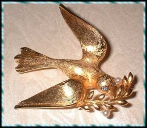 Vintage Christmas Pin Gold Peace Dove Signed Marvella 9369