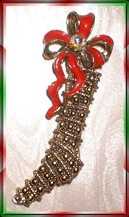 Vintage Christmas Pin Antiqued Gold Stocking w Ribbon 9364