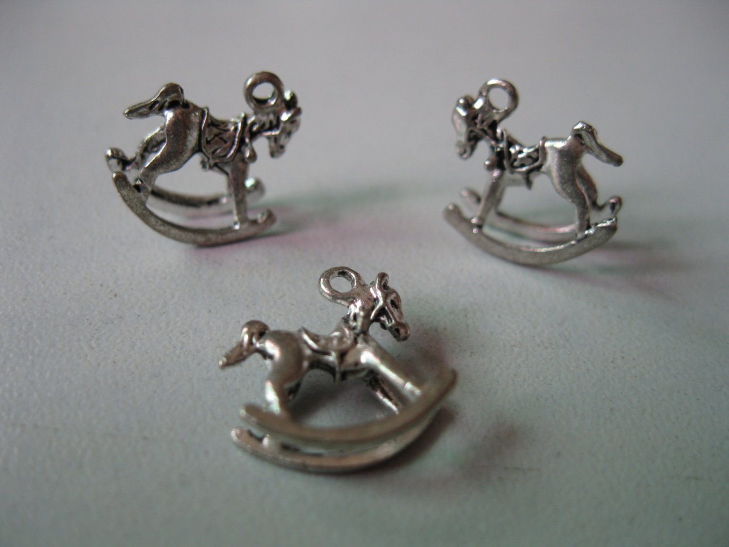 Lot of 300pcs mini Silver Rock Horse 15 x 15mm toy/jewelry bracelet metal alloy Charm B2