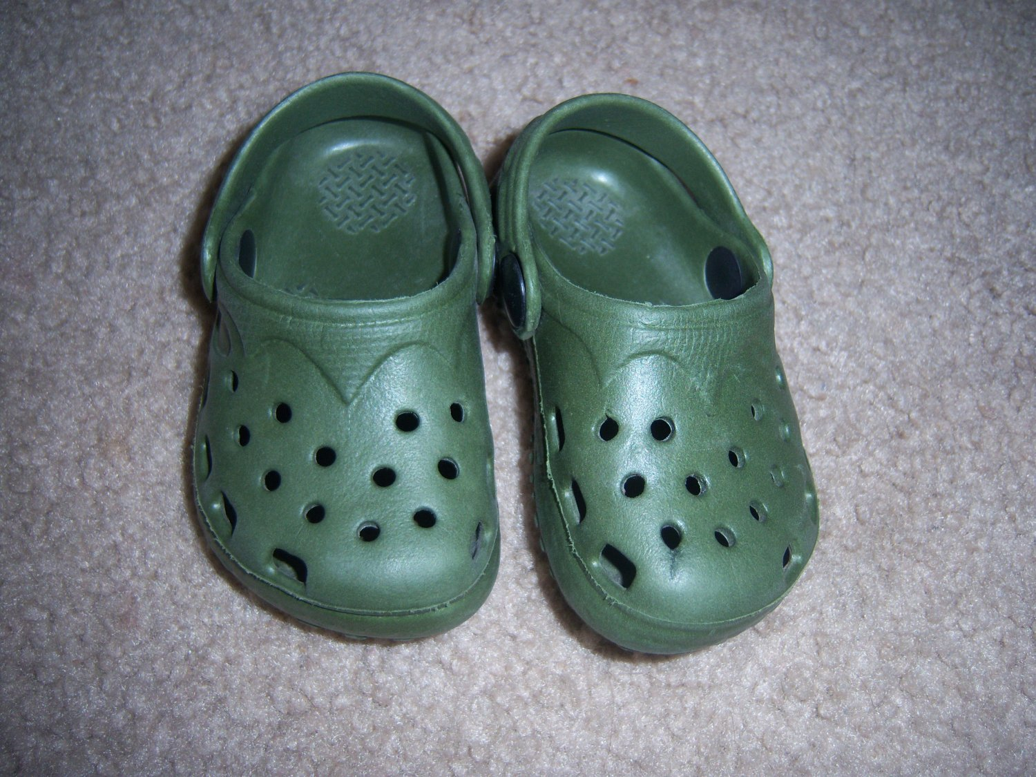 Newborn green shoes (like crocs ) in perfect shape FREE SHIPPING