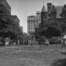 WORLD WAR II VICTORY GARDEN NEW YORK CITY VINTAGE PHOTO WAR II WOMEN