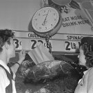 1942 GROCERY STORE SCALE PHOTO WOMAN VINTAGE RETRO FOOD