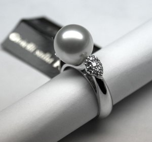 MADE IN ITALY VALENZA 18K WHITE GOLD RING, WITH BIG CENTRAL PEARL AND 0.27 kt DIAMONDS LUCA PREZIOSI